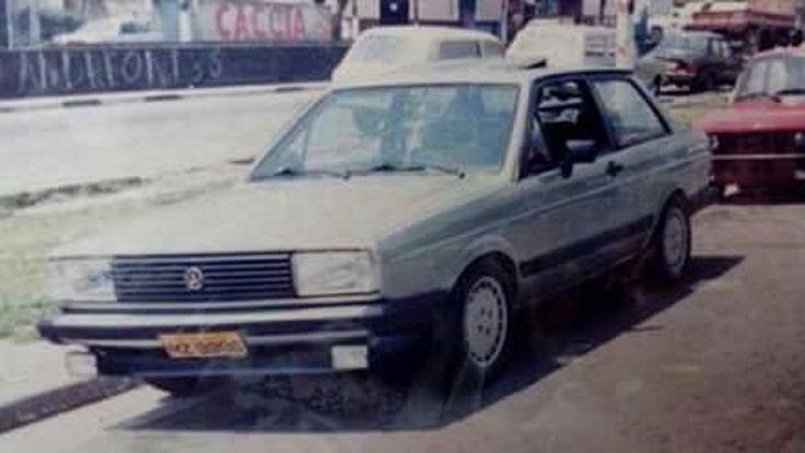 """Volkswagen Voyage Sopave 1.6 1985.  Modificações:  - lanternas traseiras de VW Santana (primeira geração). - spoiler dianteiro original do VW Gol GT. - faróis de milha Cibié Serra II. - pára-choques dianteiro e traseiro pintados na cor da carroceria. - teto solar elétrico Karmann-Ghia/Webasto. - jogo de rodas de liga-leve Jolly modelo """"Mercedes-Benz"""" aro 14"""". - friso inferior traseiro original do VW Santana (primeira geração). - engate."""