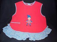 alte Puppenkleidung: rote Bluse oder Lätzchen mit Zwerg