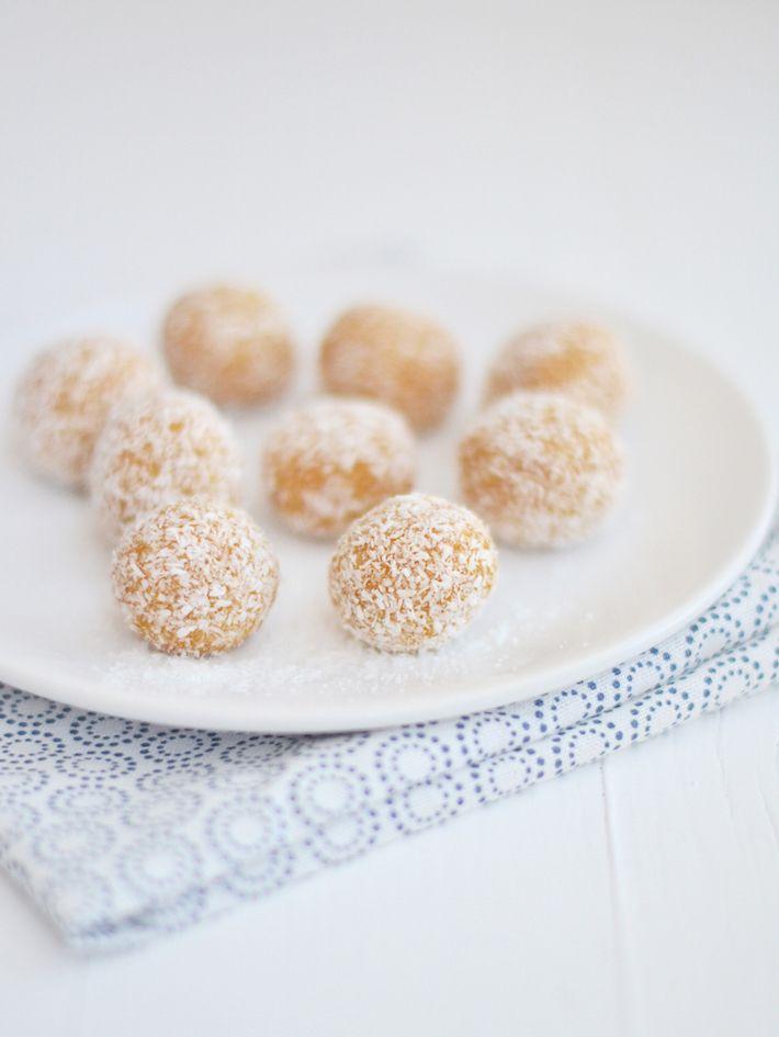 Yum dit is een lekker en gezond recepten voor rauwe abrikozen bonbons. #blissball