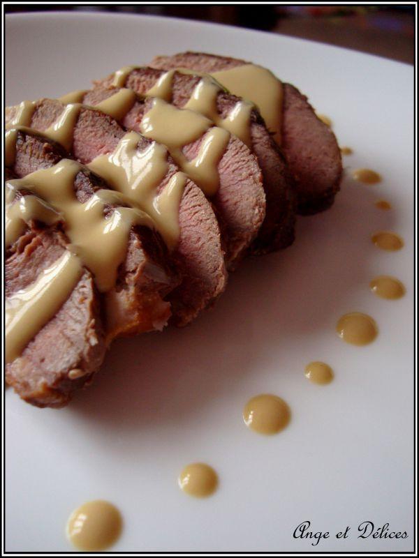 """Magret de canard et sa sauce fois gras  """"... 40 cl de crème fraîche semi-liquide 200g de foie gras 1/2 cube de volaille Préparation: Préparez la sauce: dans une casserole, versez la crème fraîche, le 1/2 cube émietté et le foie gras coupé en petits dés. Mettez sur feu doux et mélangez avec un fouet jusqu'à ce que le foie gras soit bien fondu et éteindre le feu. Attention à ne surtout pas faire bouillir la sauce..."""""""