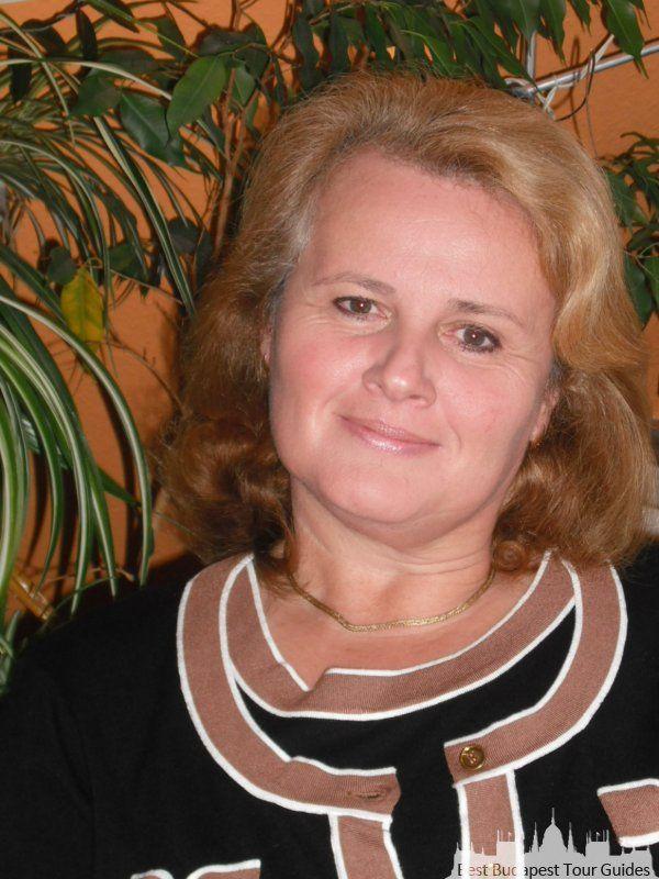 Ágnes S. U bent van harte welkom! Ik heet Agnes Siba, ik ben in Boedapest geboren. Ik heb mijn studies in Hongarije voltooid: talen, kunstgeschiedenis, literatuur en geschiedenis gestudeerd. Na vooltooing van mijn hogere onderwijz ging ik meteen als gids werken in verschillende talen: in het Russisch, Duits en Engels. Later heb ik de gelegenheid gekregen om naar Nederland te verhuizen, dus ik heb ik 3 jaar in Nederland gewoond waar ik de Nederlandste taal op een taalcursus geleerd heb. Ik…