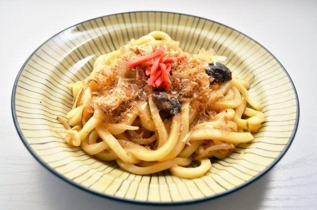 3月16日のNHKあさイチ解決ゴハン!では、コウケンテツさんによる激うま!焼うどんレシピが放送されました。 番組に登場したおいしいレシピをご紹介します♪  激うま!焼きうどん コウケンテツさんが本場九州で学んだという本場の焼きうどんの作り方です! 材料 2人分 うどん(乾) 150g 豚ばら肉(薄切り) 200g 煮干し 30g キャベツ 2~3枚 たまねぎ 1/4個 もやし 1/2袋 ちくわ 1~2本 細ねぎ 3~4本 ごま油 大さじ1 酒 大さじ1 塩・黒こしょう(粗挽き) 各適量 紅ショウガ・天かす 各適量 さば節(または削り節) お好みで <特製ソース> しょうゆ 大さじ1と1/2 ウスターソース・オイスターソース 各大さじ1 カレー粉 少々 トーバンジャン 小さじ1/2 練りごま(白) 小さじ2 酒 大さじ2 塩・黒こしょう(粗挽き) 各少々 さば削り節 薄削り100g 【鯖節】 サバ節を薄く削ったお味噌汁 煮物用のさばぶしposted with カエレバ 北海道特産品 吉粋(きっすい) Amazon楽天市場 作り方 1、うどんを...