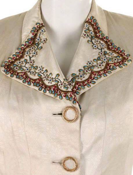 Elsa Schiaparelli - Veste de Soirée - Broderies de Perles et Boutons 'Bijoux' sur Fond Ivoire