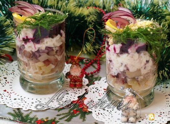 """Веррины """"Гламурная селёдочка"""" -   Ингредиенты: сельдь слабосоленая 1 шт картофель вареный 2 шт лук репчатый красный 1 шт небольшой свекла вареная 1 шт яйцо вареное 2 шт йогурт без добавок 180 г для заправки горчица в зернах 1 ч. л. для заправки соль по вкусу укроп свежий по вкусу 3-4 веточки сок лимона 2 ч. л. для заправки перец черный молотый по вкусу"""