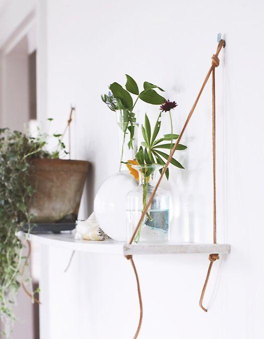 Mainio idea! Kevyt seinähylly laudanpätkästä ja nahkanaruista. Sopisi täydellisesti vaikkapa kesämöksälle...
