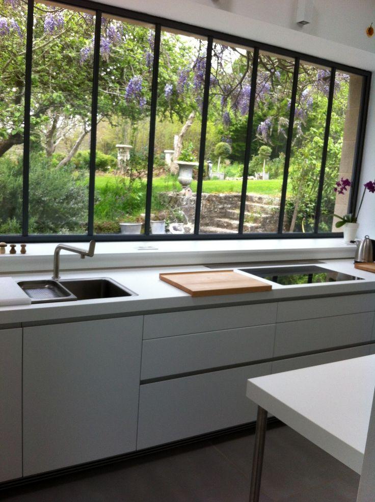 cuisine avec verrière donnant sur le jardin