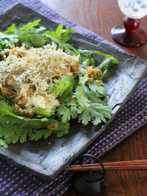 ほろ苦くふんわりした春菊とやわらかな豆腐。ちりめんじゃこをカリカリに炒めることで、楽しい食感の三重奏も味わって。|『ELLE a table』はおしゃれで簡単なレシピが満載!
