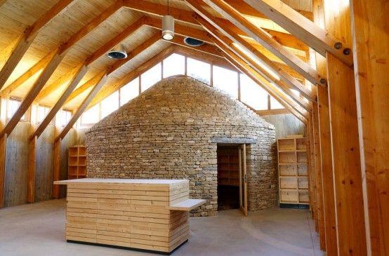 Le caveau-boutique avec sa construction inspirée des capitelles locales...