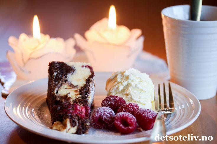 Jippi - det er fredag! Her kommer et skikkeligDEILIG kaketips til helgen som er en amerikansk klassiker! Kaken består av både mørk sjokoladebrownie og stekt ostekake blandet om hverandre, og blir temmelig mektig. Bringebærene gjør imidlertid at kaken likevel får en søt friskhet over seg. Nytelse i hver bit!