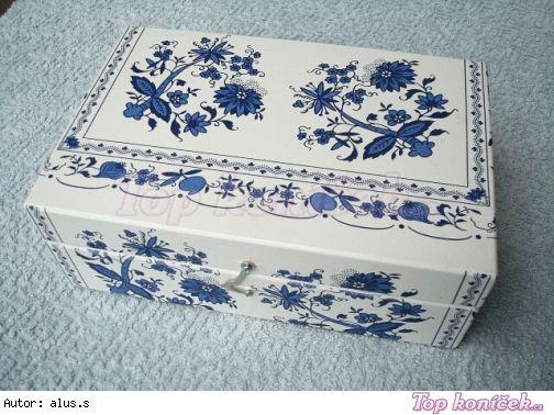 KRABICE NA ČAJ CIBULÁK.  Box painted with the blue onion design.