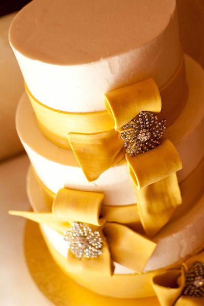 リボンのような装飾が素敵なウェディングケーキ