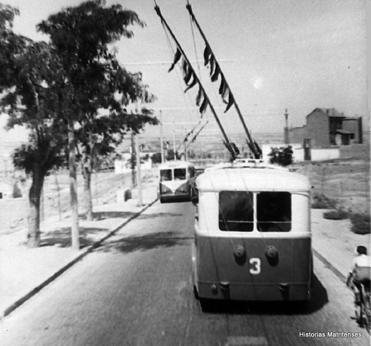Avenida de la Albufera, al fondo Portazgo. A la izquierda la casa de peones camineros y a la derecha el edificio con el bar El Portazgo en los bajos. Fondo Santos Yubero (ARCM) Read more: http://historias-matritenses.blogspot.com/2016_04_01_archive.html#ixzz4EIq9Fsvr
