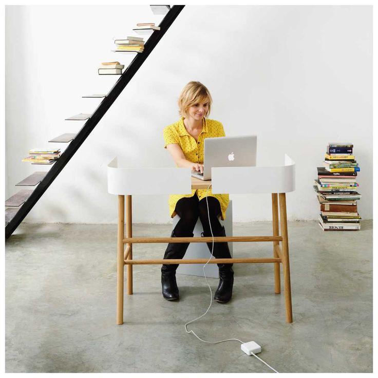 De #B-Desk is een bureau met een extravagante, onderscheidende en toch #minimalistische uitstraling. Het gebogen, wit gepoedercoat metaal past perfect bij het massief eikenhouten bureau. Hoewel het bureau zeer stevig is, heeft B-Desk van #universo #positivo toch een vrouwelijke look door het zachte en afgeronde design. B-Desk leent zich perfect als mooi en functioneel #design #bureau voor op kantoor of gewoon voor bij u thuis | #MisterDesign