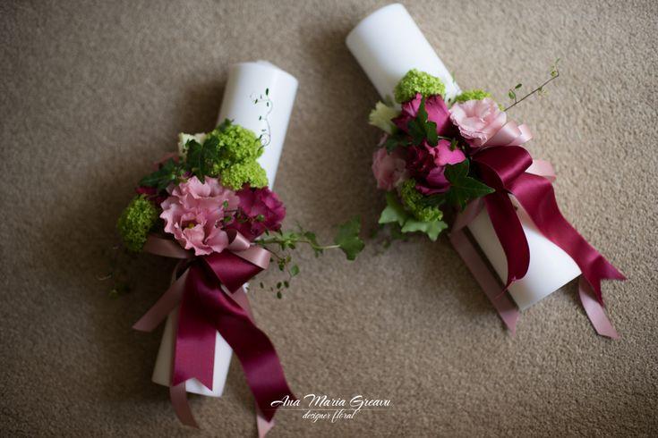 Lumanari botez scurte, decor pe o parte  Viburnum, lisianthus, trandafiri Blueberry
