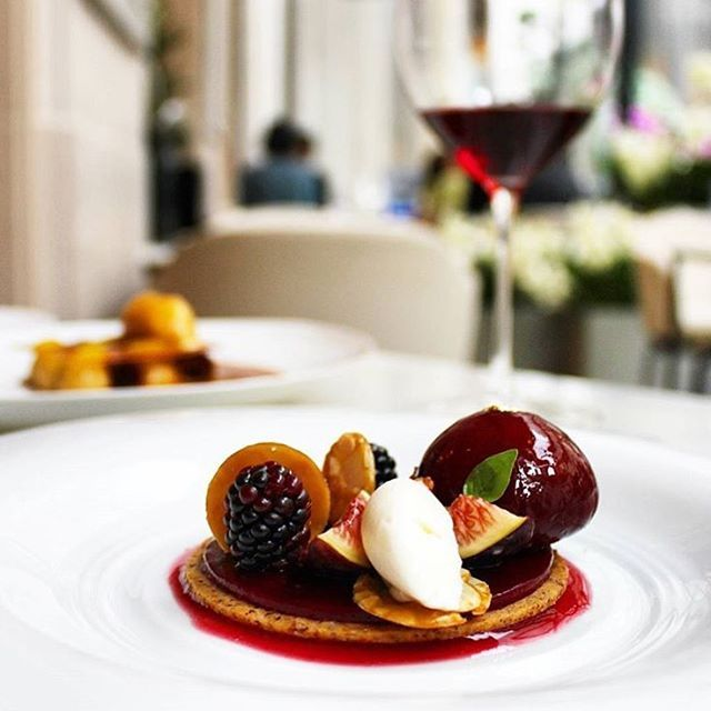 Forget all your plans for lunch, you're going to try the incredible fig and blackberry tartlet and drink a glass of red wine with Chef @ z.simone at @ legeorgeparis !  #legeorgeparis #simonezanoni #fsparis #georgeV #parisjetaime #gastronomy #desserts #yummy  @ aurore.hotel.addiction