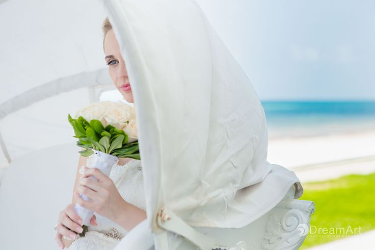 Stunning bridal portrait by #DreamArtPhotography taken at Moon Palace Golf & Spa Resort in #Cancun #DreamArtWedding #WeddingPhotography #Wedding #Bride #Flowers #Bouquet Special thanks to @prweddings