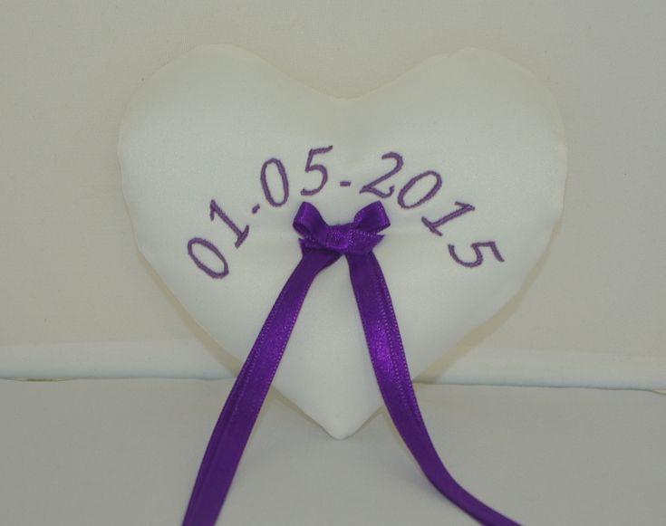 Voor een bruidspaar heb ik een lief klein ringenkussentje gemaakt. Met de trouwdatum erop geborduurd. Laat ook een ringenkussentje borduren met de namen van het bruidspaar en/of de trouwdatum. bruidskindermode.nl. Trouwen, huwelijk, bruiloft, ringenkussentje, borduren, bruidskinderen.
