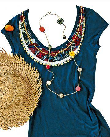 Tee-shirt au col recouvert de tissu africain comme un plastron et rehaussé de perles et lien de cuir