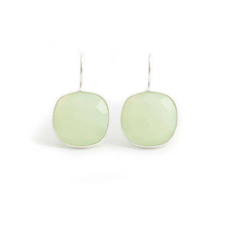 Chique vierkante groene oorbellen met facet geslepen chalcedoon edelstenen. De edelstenen zijn gevat in een fijne sterling zilveren zetting.