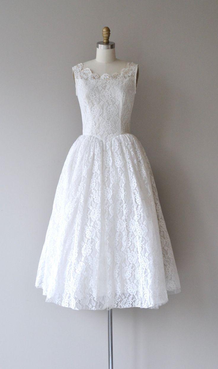 Vintage jaren 1950 witte kant trouwjurk met mouwloos bodice, kralen & geschulpte hals, voorzien van taille, volumineuze rok, knop terug sluiting en