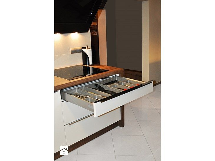 Wkłady na sztućce są nieodłącznym elementem każdej kuchni. Pomagają utrzymać porządek oraz efektywnie zagospodarować przestrzeń szuflady. W nowoczesnych wkładach, za pomocą podziałek, możemy dowolnie  ...