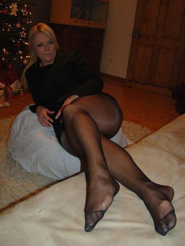 Женские ноги в колготках зрелая