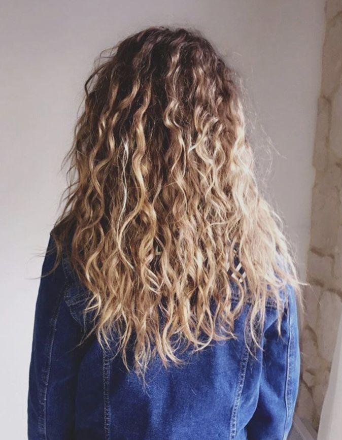 Photos : Cheveux bouclés : Astuces, Conseils, Soins… le guide à suivre pour