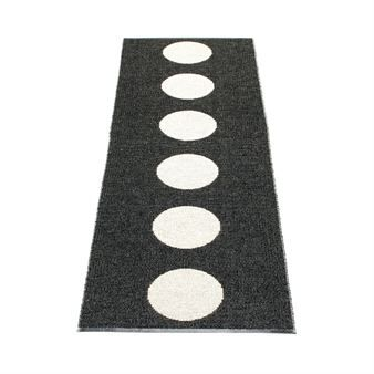 Enjoy this beautiful and practical Vera rug in black from Swedish Pappelina. Vera is made of plastic and are therefore suitable for both kitchen, hall or bathroom. The design is black with big white dots in the middle that has the opposite pattern on the other side. Vera is available in many colors, which one do you prefer