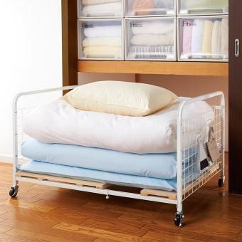 幅伸縮でセミダブル布団もOK。湿気を防ぐ頑丈桐すのこを使った布団台。足元は移動に便利なキャスターと置き用のアジャスター両方使えます。