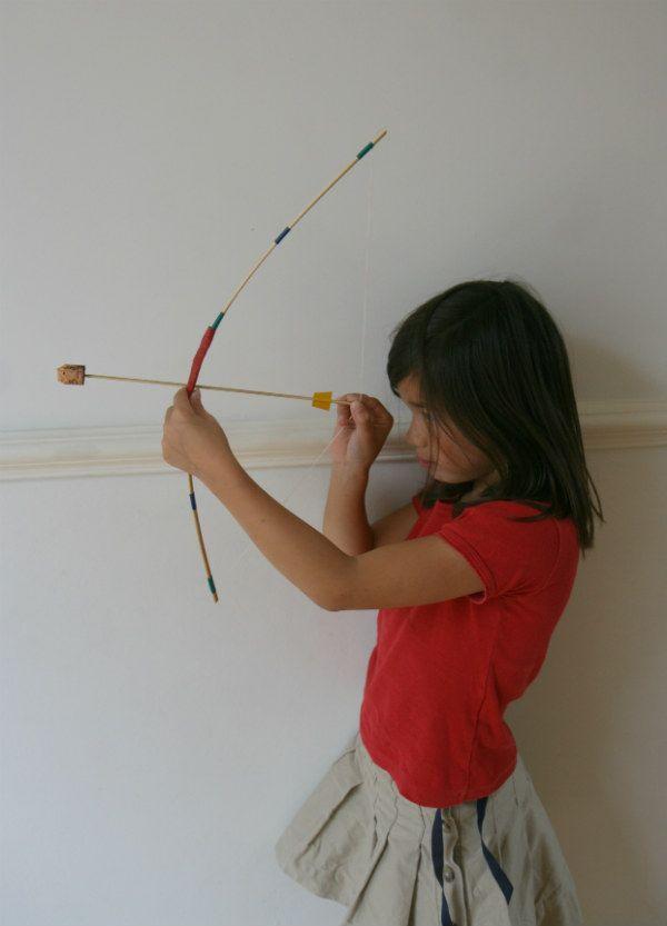Fabriquez un arc et des flèches avec des piques à brochettes Cet arc et ces flèches ont servi tout l'été !! Build a bow and some arrows with skewers !