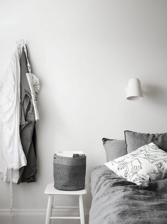 Sovrummet går helt i gråa och vita nyanser. I fönstret en Martin Margielalampa och Evelinas smycken som hon gärna vill ha synliga i glasaskar för att kunna välja snabbt till olika outfits.