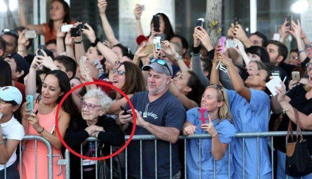 Nowe technologie zmieniają nasze postrzeganie świata - niestety, czasem zbyt dosłownie. Papieża Franciszka podczas jego wizyty w USA witały tłumy, jednak większość oglądała go przez ekrany swoich telefonów. Na tym zdjęciu jedna osoba się wyróżnia.