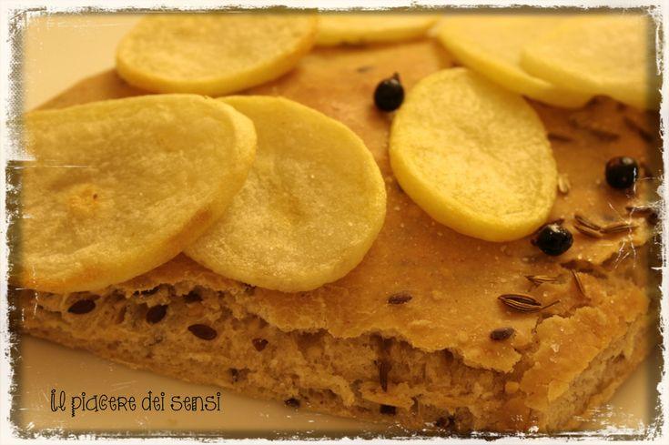 Focaccia con farina 5 cereali e di soia, con patate, semi di finocchio e bacche di ginepro (un grammo di lievito) http://ilnuovopiaceredeisensi.altervista.org/focaccia-con-farina-5-cereali-e-di-soia-con-patate-semi-di-finocchio-e-bacche-di-ginepro-un-grammo-di-lievito/ #focaccia #bacchediginepro #patate #ilpiaceredeisensi #ricetta #recipe #semidifinocchio #ungrammodilievito #molinopagani