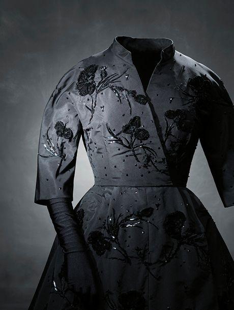 Carbón y Terciopelo, la mirada de Balenciaga y Ortiz Echagüe al traje popular | itfashion.com