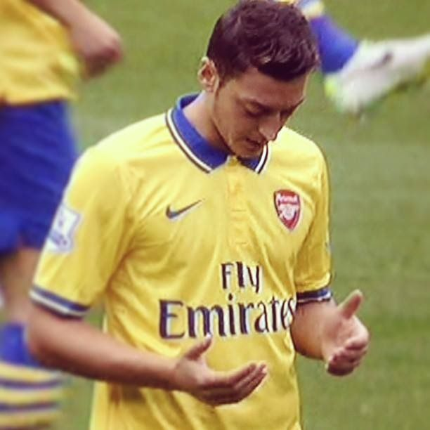 Mesut Ozil praying before every match!!! Respect!  ~COYG
