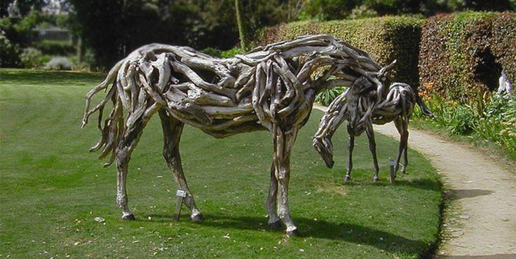 Лошадь из деревянных коряг