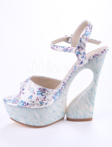 Sandali blu floreali con plateau per donne.