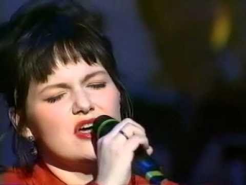 Céline Dion chante Quand on n'a que l'amour avec Maurane aux Enfoirés de 1996. Les derniers 3 secondes de le video sont coupés, excusez moi. =( Mais c'est ...