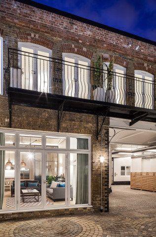 Do século 19, o complexo de padaria, estábulos, alojamento, celeiro e cocheira deu espaço a quarto casas, sete apartamentos e uma cobertura