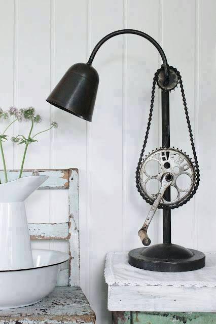 De igual forma que el banco del ejemplo pasado, solo tienes que llevar las partes y esta imagen con un herrero para que puedas tener esta original lampara hecha con partes de bicicleta recicladas.