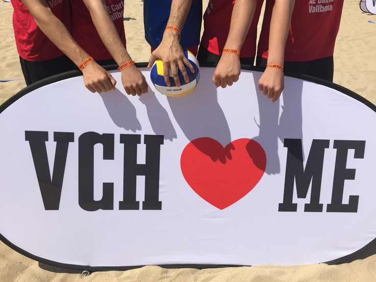 https://flic.kr/p/upkLBJ | Todos con las pulseras que les acreditaban para jugar en las canchas de voley playa de Vichy Catalán, #VCHVoley
