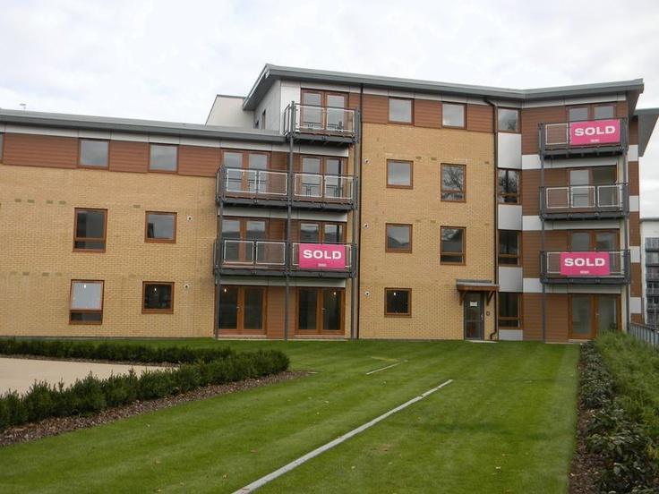 Monthly Rental Of £900  2 Bedroom Ground Floor Flat Apartment / Studio - Commonwealth Drive, Crawley, West Sussex, RH10 1AJ Estate Agents