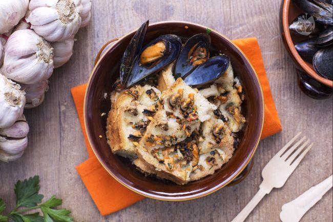 Il pancotto è una preparazione molto antica, fatta con ingredienti poveri e utilizzata nelle case contadine per riciclare il pane vecchio.