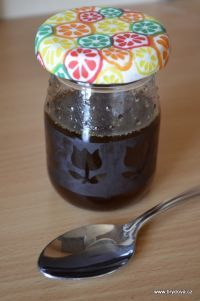 Tymiánový sirup můžete si sirup uvařit z tymiánu sušeného, koupíte běžně jako koření. Kromě něj budete potřebovat už jen vodu a cukr- hnědý cukr, ale můžete klidně i klasický bílý.... Hrnek vody a hrnek cukru svařte tak, aby se cukr úplně rozpustil a poté nasypte sáček tymiánu. Nechejte minutu-dvě provařit a vypněte.... louhujte do vychladnutí sirupu. Nejlépe přes noc-Ocediť Drobné kousíčky tymiánu v sirupu nejsou na závadu. Podávejte lžičku několikrát denne. Uchovávejte v chladu.