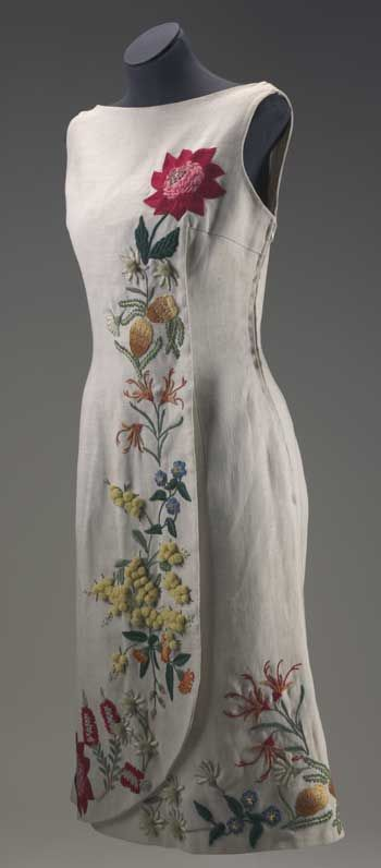 1964 Robe beige en lin sans manches avec des fleurs sauvages d'Australie brodées sur le devant et autour de l'ourlet.