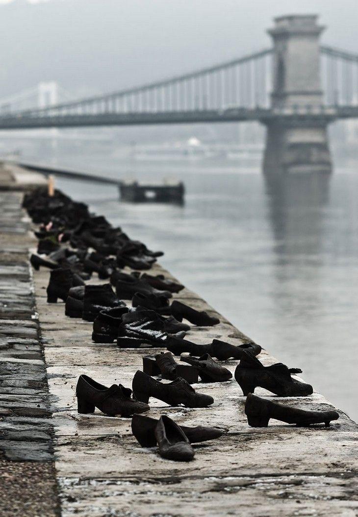 Skorna vid Danubeälven i Budapest, Ungern