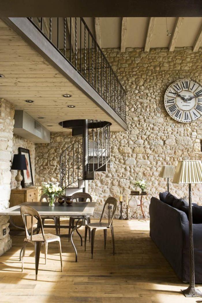 escalier métallique, mur en pierre apparente et mezzanine avec escalier hélicoidal