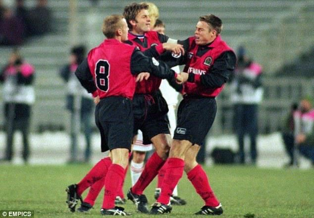 Tim Sherwood steps in to break up a fight between Graeme Le Saux and David Batty.