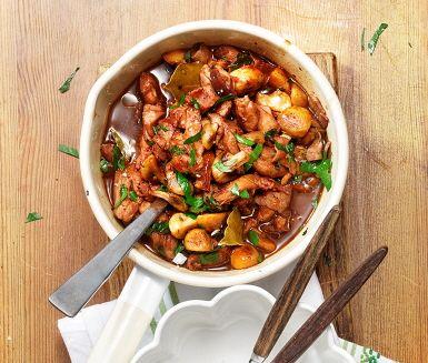 Gryta är enkel mat att laga och med kyckling i går det också snabbt att få allt på bordet. Smakerna som gör denna gryta fenomenalt mustig och god kommer från kombinationen av bacon, lagerblad, timjan och svamp bland annat. Med vin i buljongen blir kycklinggrytan laddad med extra kärlek.