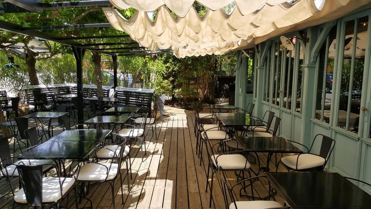 Situé au Cap-Ferret, au cœur de la zone de pêche, cet hôtel de charme propose des chambres élégantes, un bar et un restaurant.